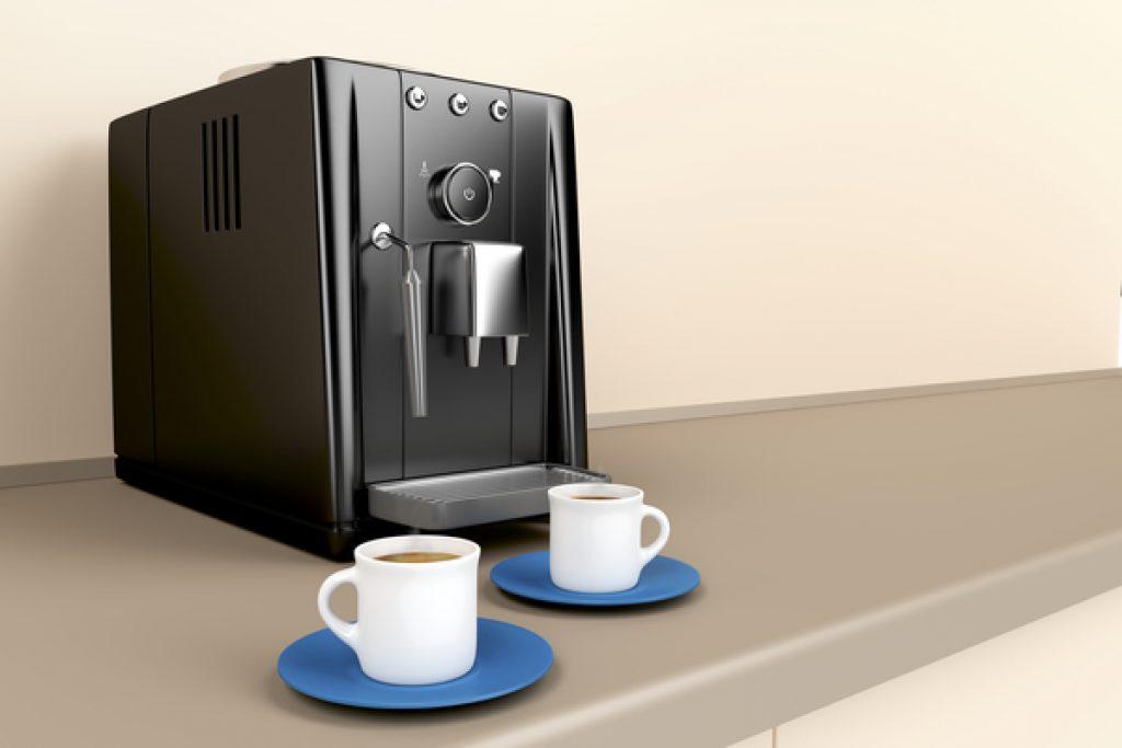 Kaffeevollautomat mit zwei Espresso Tassen