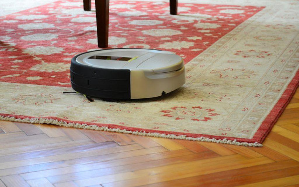 Saugroboter auf Teppich